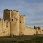 640px-Tours_et_remparts_sud_d'Aigues_Mortes-VO-201212311